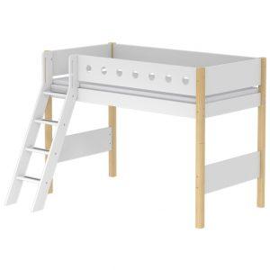 FLEXA Mittelhohes Bett WHITE (90×200) mit schräger Leiter in natur/weiß Hochbetten